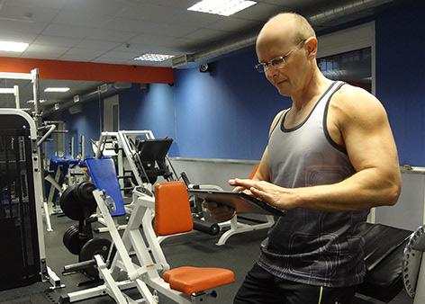 Персональный тренер Виктор Трибунский в спортзале.